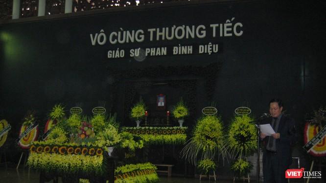 GS TS Nguyễn Hữu Đức - Phó Giám đốc Đại học Quốc gia Hà Nội đọc điếu văn tại lễ tang GS TS Phan Đình Diệu