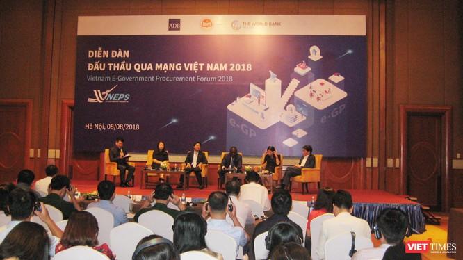 Giao lưu giữa các khách mời với đại biểu tham dự Diễn đàn Đấu thầu qua mạng Việt Nam 2018