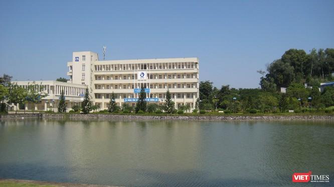 Khu giảng đường chính của ICTU bên một hồ nước nhân tạo.
