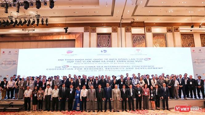 Trên phông chính của Hội thảo Quốc tế về Biển Đông vừa diễn ra tại Đà Nẵng lại ghi là South China Sea