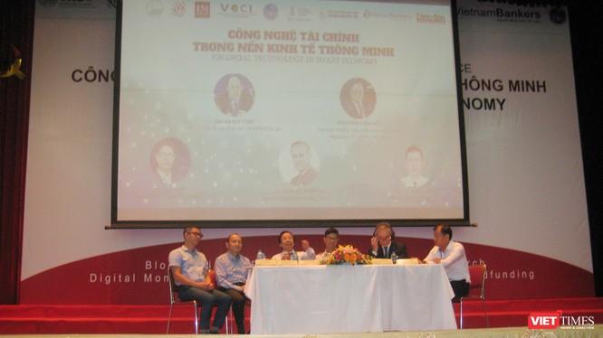 """Các diễn giả tại phần tọa đàm của hội thảo """"Công nghệ Tài chính trong nền kinh tế thông minh"""""""
