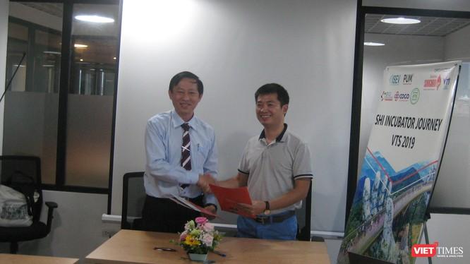 Ông Lý Đình Quân - Giám đốc Songhan Incubator (bên trái) và ông Phạm Tiến Dũng - giám đốc Không gian Sáng tạo Cogo (1 Thái Hà) ký kết hợp tác về hỗ trợ miễn phí địa điểm làm việc cho các startup