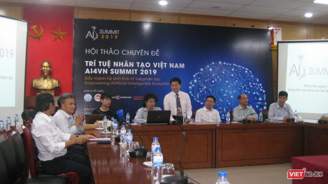 GS TS Nguyễn Thanh Thủy - Chủ tịch CLB các khoa, viện, trường đào tạo CNTT chủ trì hội thảo
