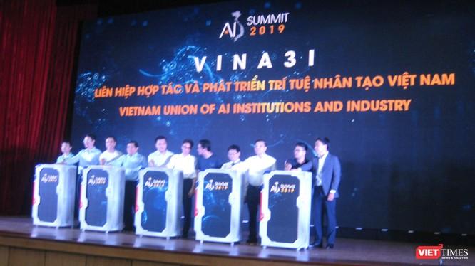 Phó Thủ tướng Vũ Đức Đam cùng các Bộ trưởng Chu Ngọc Anh và Nguyễn Chí Dũng trong phần ra mắt Liên minh các cộng đồng AI ở Việt Nam