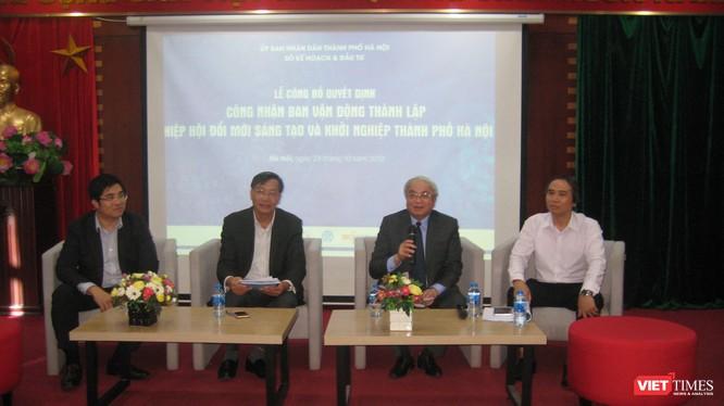 Nguyên Bộ trưởng Hoàng Văn Phong cùng các diễn giả trong phần giao lưu tại hội thảo