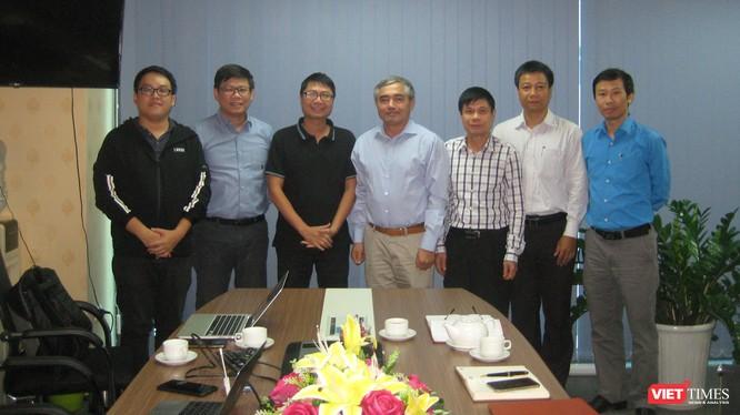 TS Nguyễn Minh Hồng - Chủ tịch Hội Truyền thông Số Việt Nam chụp ảnh kỷ niệm cùng các chuyên gia tham dự buổi thảo luận.