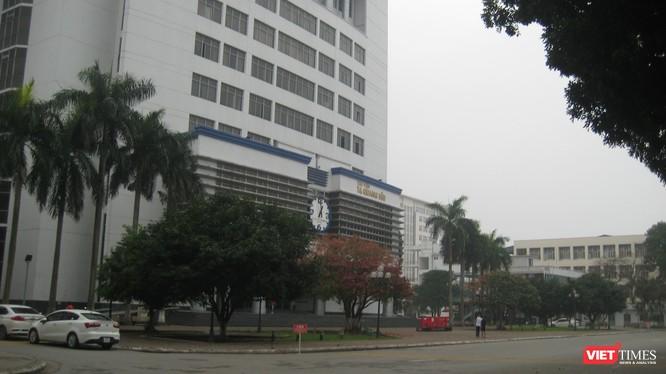 Thư viện Tạ Quang Bửu trong khuôn viên Đại học Bách khoa Hà Nội rất vắng bóng sinh viên vì nhà trường đã chuyển 90% việc giảng dạy sang hình thức trực tuyến. Ảnh chụp lúc 14h00 ngày 13/3/2020.