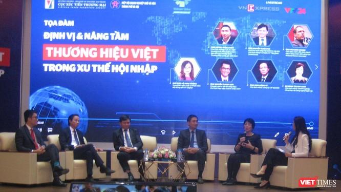 Các diễn giả trong phần giao lưu tại diễn đàn mở về định vị và nâng tầm thương hiệu Việt