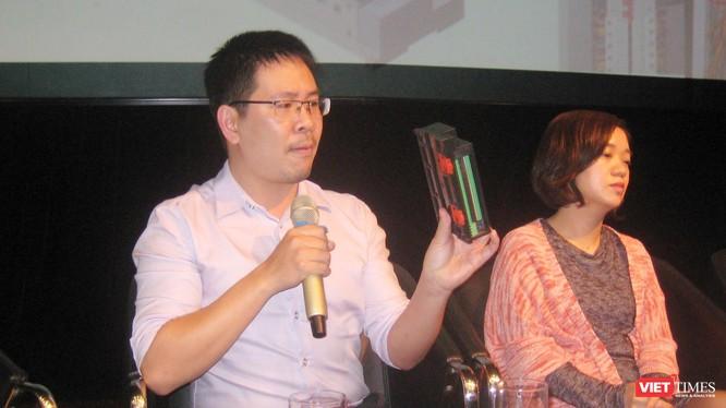 Anh Nguyễn Hoàng Minh giới thiệu thiết bị kiểm soát tiêu thụ điện theo thời gian thực có thể sử dụng với các doanh nghiệp và hộ gia đình
