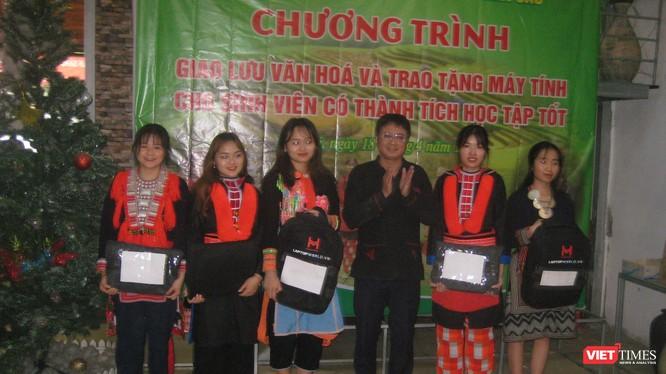TS Bàn Tuấn Năng và đại diện các sinh viên được trao tặng máy tính