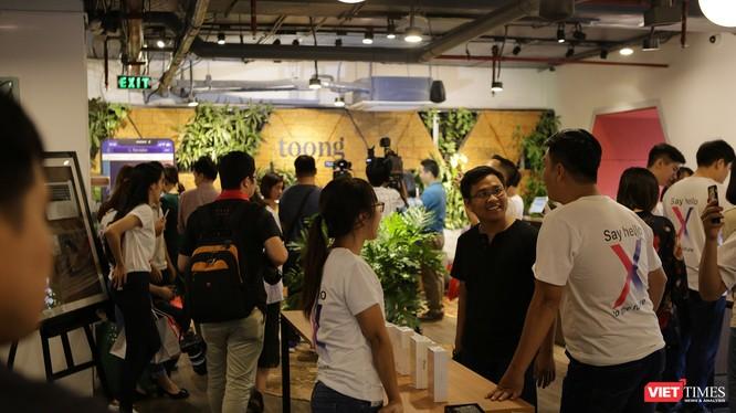 Rất đông người yêu mến sản phẩm iPhone đã đến tham dự buổi lễ ra mắt iPhone X và triển lãm các sản phẩm iPhone, iPad, MacBook do ShopDunk tổ chức