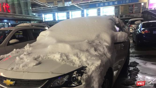 Tuyết phủ trắng nóc các xe đỗ trên đường phố Thường Châu