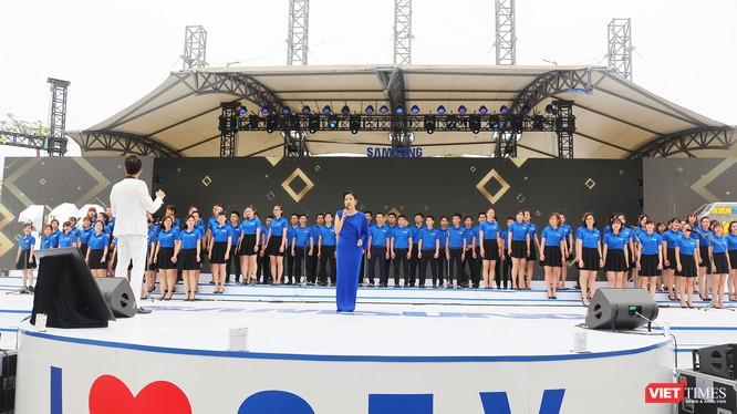 Ca sỹ Mỹ Linh cùng các nhân viên Samsung tại buổi lễ kỷ niệm 10 năm Samsung phát triển tại Việt Nam