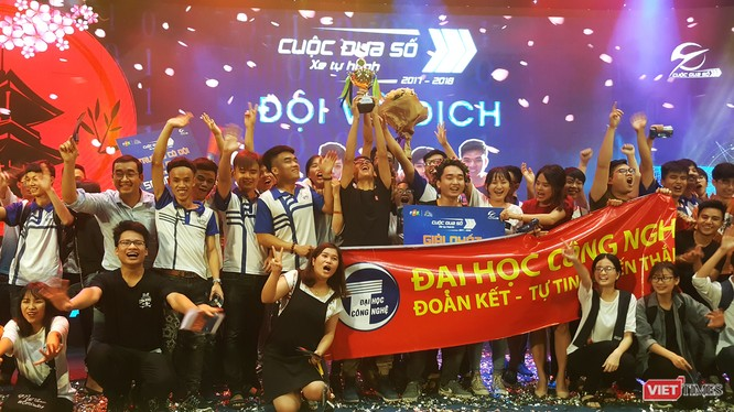 Niềm vui đội vô địch - ĐH Công nghệ - ĐH Quốc gia Hà Nội