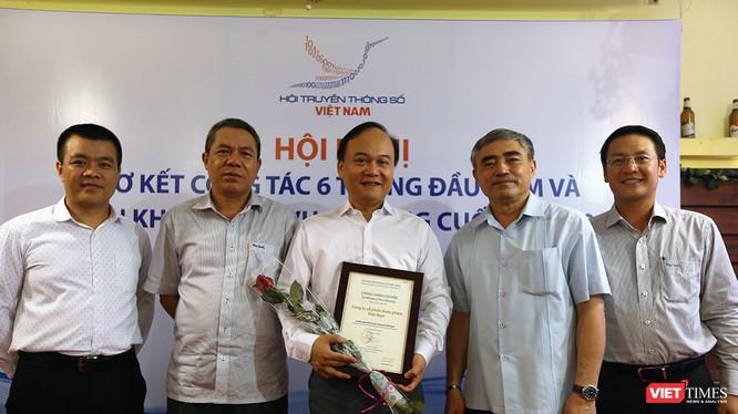 Chủ tịch VDCA Nguyễn Minh Hồng và Tổng thư ký Lê Đức Sảo trao bằng chứng nhận hội viên cho Công ty Cổ phần Dược phẩm Việt Nam