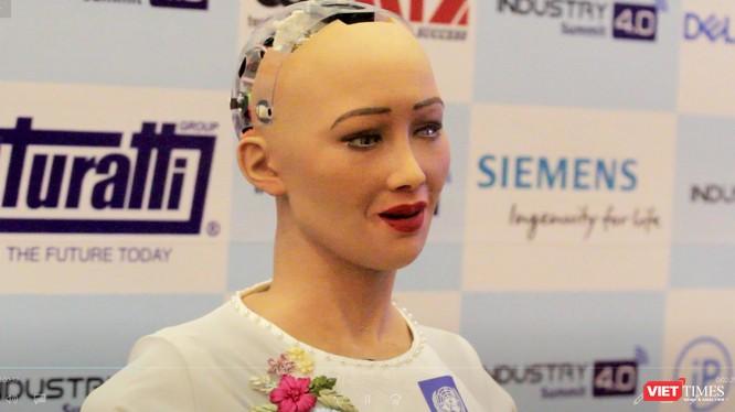 Robot Sophia trả lời phỏng vấn báo chí Việt Nam