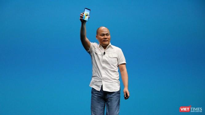 ông Nguyễn Tử Quảng giới thiệu Bphone 3, smartphone thế hệ mới nhất của tập đoàn BKAV