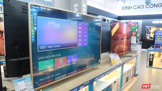 Tại hệ thống siêu thị Điện Máy Xanh, chỉ còn một số sản phẩm tivi Asanzo tồn được trưng bày trên kệ có in logo hãng