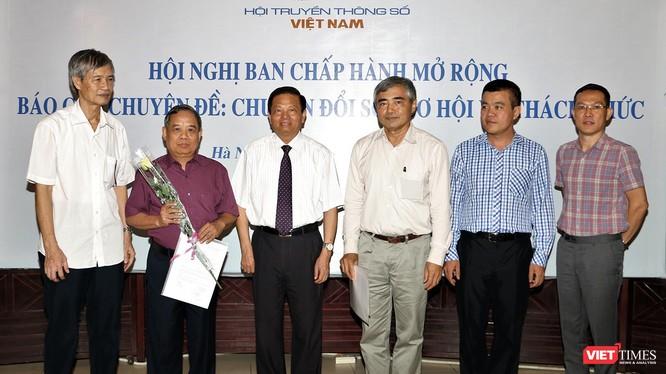 Ông Nguyễn Minh Hồng - Chủ tịch Hội Truyền thông Số Việt Nam (VDCA) và ông Lê Doãn Hợp - Chủ tịch Danh dự VDCA trao chứng nhận cho Hội viên mới