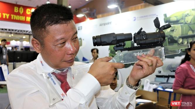 Hệ thống kính ngắm hiện đại Aimpoint do Thụy Điển sản xuất. Xạ thủ ngắm không cần nheo mắt