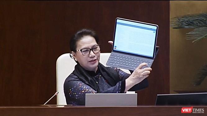 Chủ tịch Quốc hội Nguyễn Thị Kim Ngân nói rằng iPad của bà lưu trữ đươc ngay tức thời các bài phát biểu của Bộ trưởng và đại biểu Quốc hội