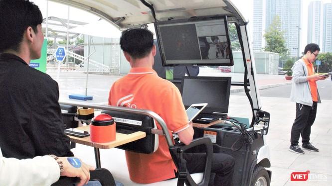 Xe tự lái của FPT chạy thử nghiệm tại Trung tâm Hội nghị Quốc gia