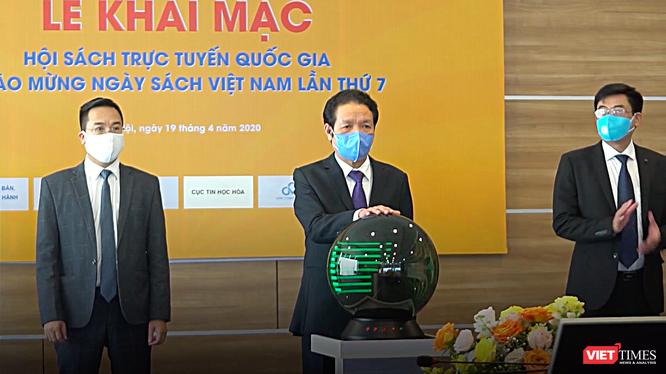 Thứ trưởng Hoàng Vĩnh Bảo bấm nút khai trương Hội sách 2020