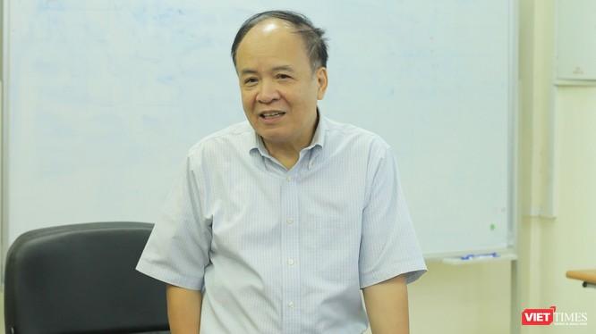 PGS.TS Nguyễn Ái Việt trong một cuộc hội thảo về dịch thuật tổ chức tại Đại học Bách Khoa Hà Nội.