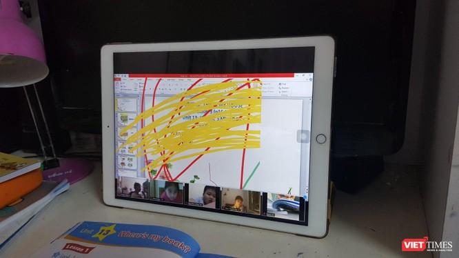 Kẻ xấu vẽ bậy vào bài giảng của cô giáo trên ứng dụng Zoom
