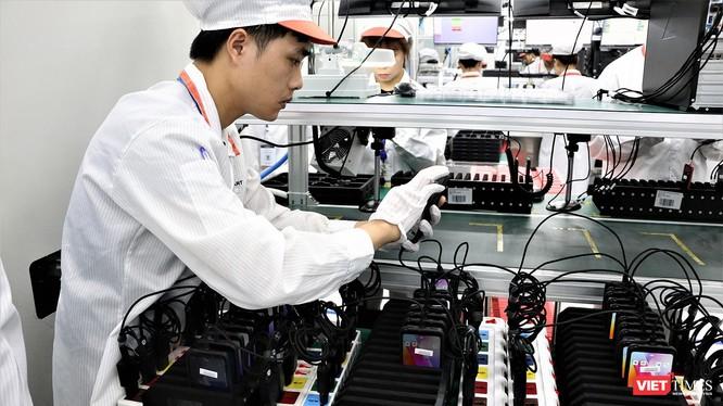 Công nhân tại nhà máy sản xuất điện thoại thông minh Vsmart đang kiểm tra sản phẩm trước khi đóng gói