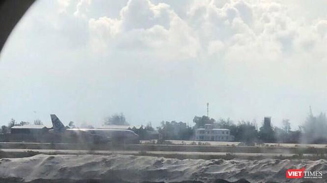 Hình ảnh chụp từ cửa sổ máy bay VN 7344 vừa hạ cánh nhầm đường băng đang xây tại CXR. (Ảnh: V.T)