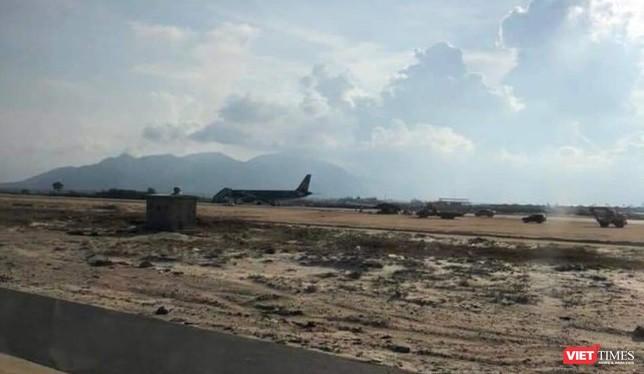 Tàu bay VN7344 nằm trên đường băng đang xây dựng. (Ảnh: VT)