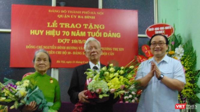 Bí thư Thành ủy đã trao tặng huy hiệu 70 năm tuổi Đảng cho vợ chồng Đảng viên lão thành Nguyễn Đình Hương – Trương Thị Xin.