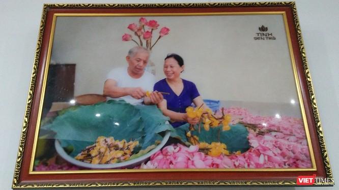 Vợ chồng nghệ nhân Ngô Văn Xiêm trong một bức ảnh đặt tại phòng khách.