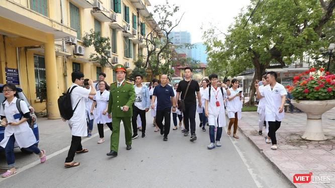 Ông Park Hang Seo trong sự chào đón của các thầy thuốc và bệnh nhân.