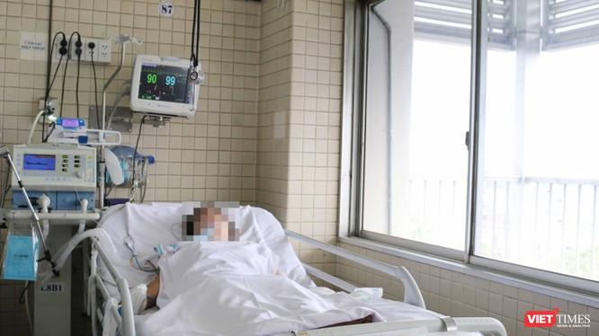 Nạn nhân Nguyễn.T.H, mẹ của hai bệnh nhi, đang được cấp cứu với máy thở tại BV Chợ Rẫy. (Ảnh: BVCR)