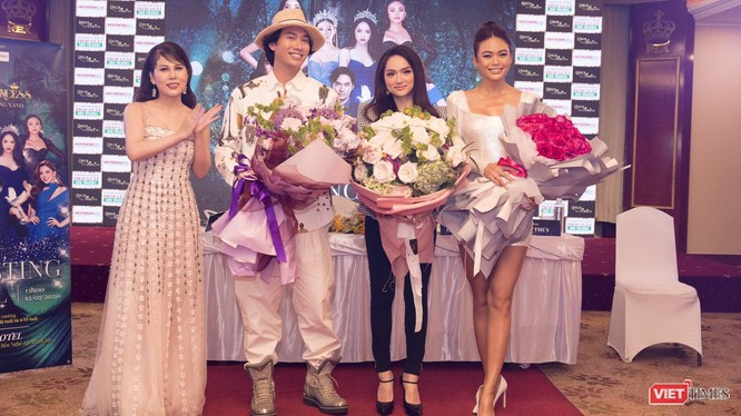 Bà Nguyễn Như Quỳnh đai diện ban tổ chức tặng hoa cho Hoa hậu Hương Giang, NTK Lý Quý Khánh và Á hậu Mâu Thủy.