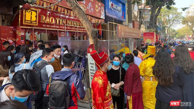 Khách hàng tấp nập đến mua vàng tại cửa hàng của Bảo Tín Minh Châu