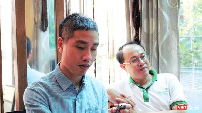 Anh Tuấn (áo trắng) đã nỗ lực giúp đỡ người khiếm thị trong nhiều năm qua