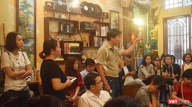 Ông Huỳnh Trọng Quý, giám đốc công ty cổ phần Huỳnh Lâm, một doanh nghiệp kinh doanh phân bón hữu cơ (người đứng nói) trăn trở, bức xúc với thực tế nông nghiệp Việt khó có thể tiến tới mục đích bền vững