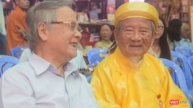 Nhà nghiên cứu 98 tuổi Nguyễn Đình Tư (mặc áo dài màu vàng) bên cạnh ông Nguyễn Quyết Thắng, người đại diện gia đình quản lý 120 đầu sách của học giả Nguyễn Hiến Lê