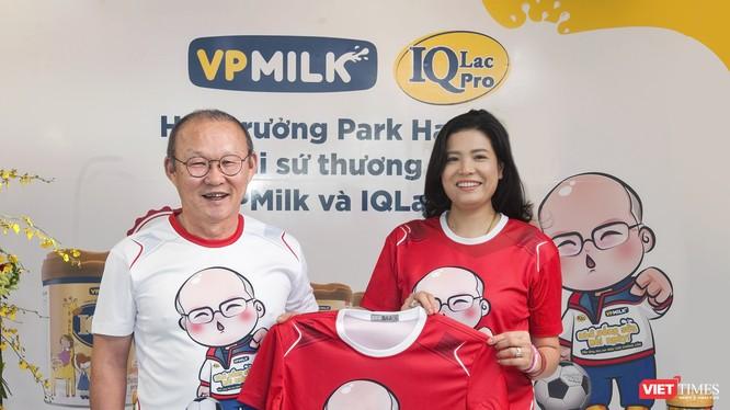 Bà Nguyễn Thị Thu Phương và chiếc áo có in hình thầy Park Hang Seo, người dẫn đường của tuyển Việt Nam