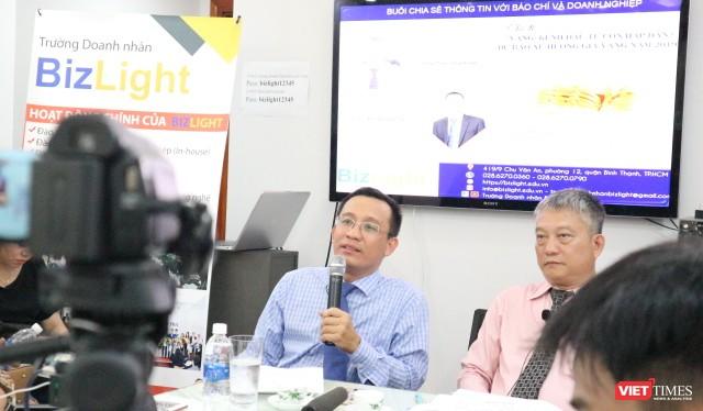 Ông Bùi Quang Tín – CEO trường doanh nhân BizLight (đang phát biểu) và ông Trần Thanh Hải, Chủ tịch HĐQT công ty CP Đầu tư kinh doanh Vàng Việt Nam