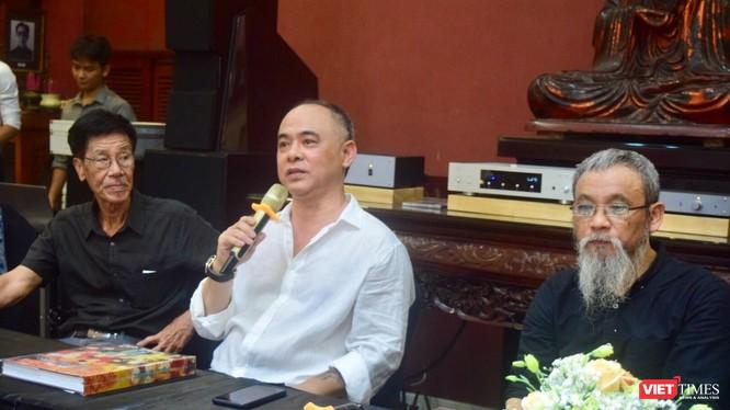 NST Trần Hậu Tuấn (giữa), bên trái là họa sĩ - nhà phê bình Nguyễn Quân, bên phải là nhà phê bình Phan Cẩm Thượng
