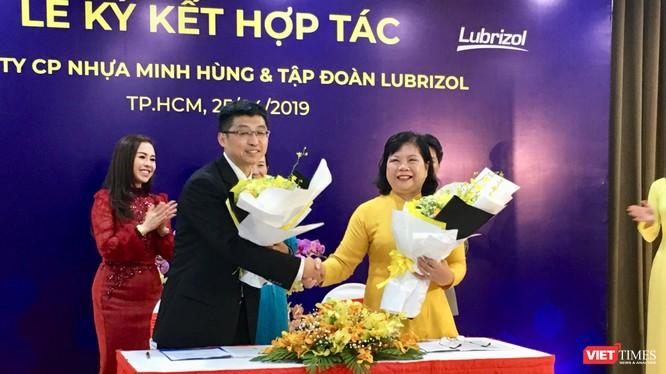 Bà Nguyễn Thị Tuyết, TGĐ, chủ tịch HĐQT công ty nhựa Minh Hùng tại buổi lễ ký kết hợp tác cho biết sắp tới công ty này sẽ cung cấp cho thị trường ống nhựa CPVC chống cháy.