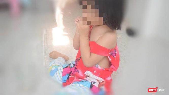 Đau lòng phát lộ vụ việc bé gái Phạm Ngọc L mới 3 tuổi nghi bị xâm hại tình dục bởi ông già 70 là hàng xóm.