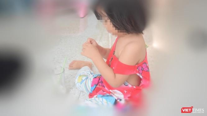 Bé gái 3 tuổi đã bị cướp mất tuổi thơ còn cha mẹ bé cũng khốn đốn, bị dọa đánh, phải chuyển nơi cư trú sau khi xảy ra câu chuyện buồn