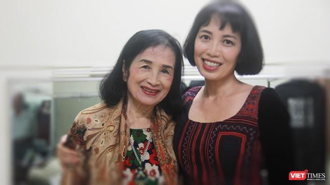 Diễn viên điện ảnh - NSND Trà Giang và con gái - nghệ sĩ piano Bích Trà trước buổi biểu diễn tối 26/5