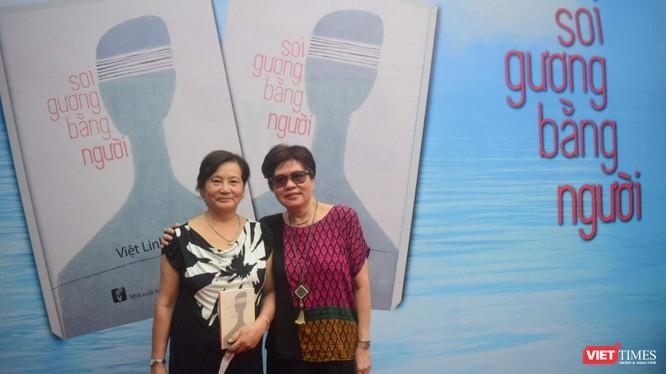 Nhà văn Dạ Ngân đến chúc mừng đạo diễn Việt Linh