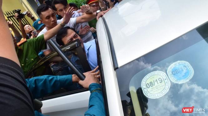 Ông Nguyễn Hữu Linh trong vòng vây ống kính khó khăn lắm mới lên được xe